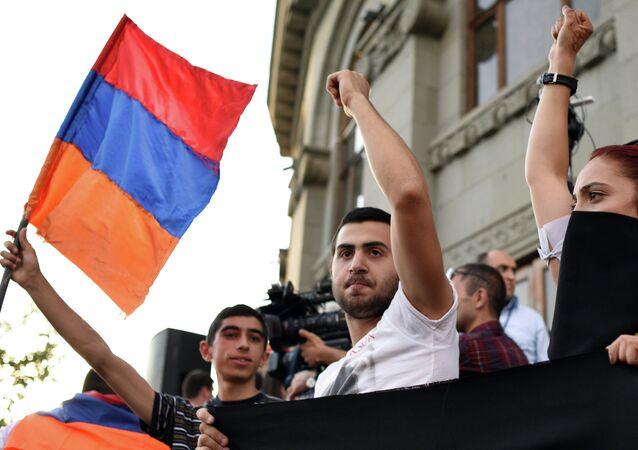 Manifestação em Erevan contra o aumento das tarifas de energia na Armênia