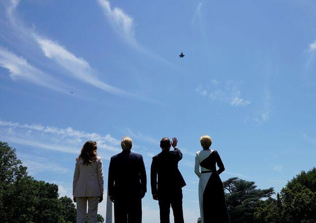 Presidente dos EUA, Donald Trump, e o líder da Polônia, Andrzej Duda, assistem ao voo do caça F-35 sobre a Casa Branca em Washington, 12 de junho de 2019
