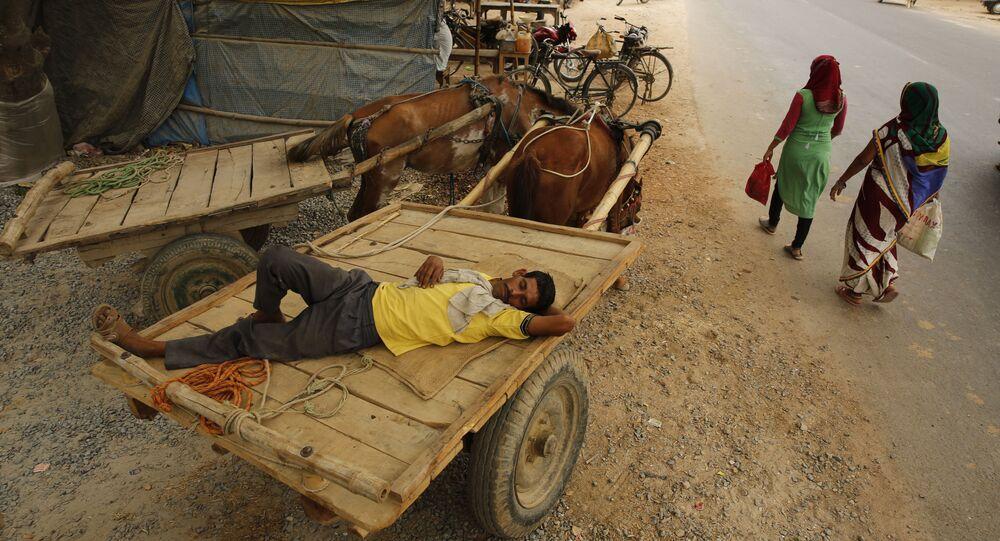 Homem dorme em carroça durante onda de calor na Índia, 12 de junho de 2019
