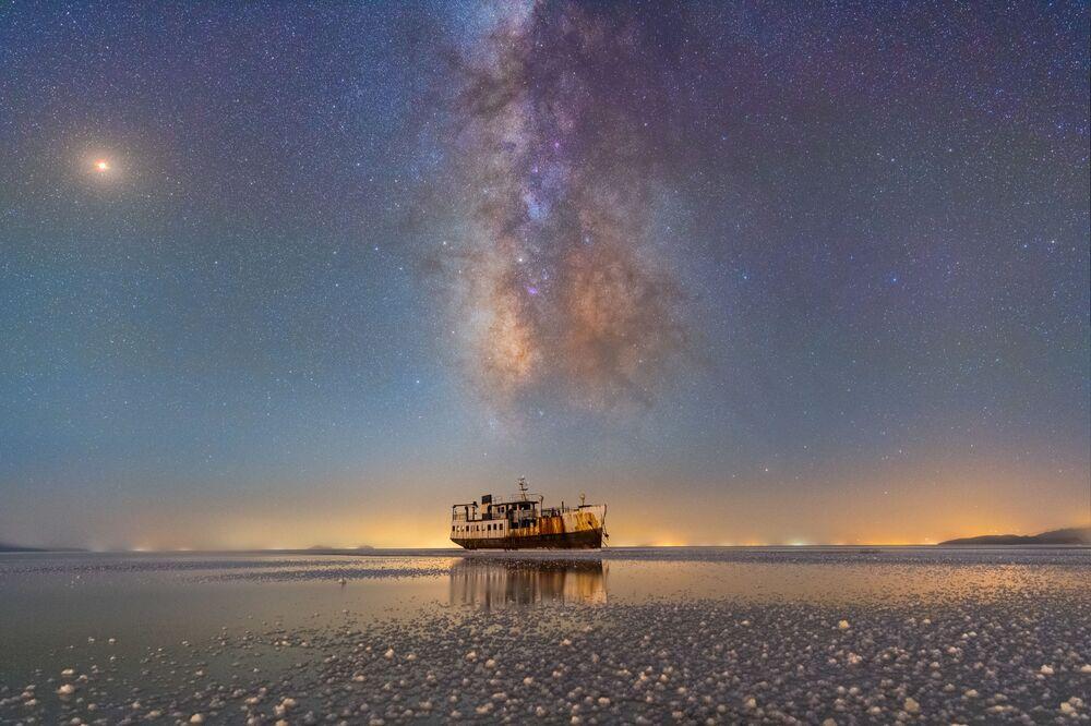 Porto de Sharafkhaneh e lago Urmia do fotógrafo iraniano Masoud Ghadiri, que mostra a Via Láctea brilhando sobre lago Urmia, maior lago de água salgada no Oriente Médio