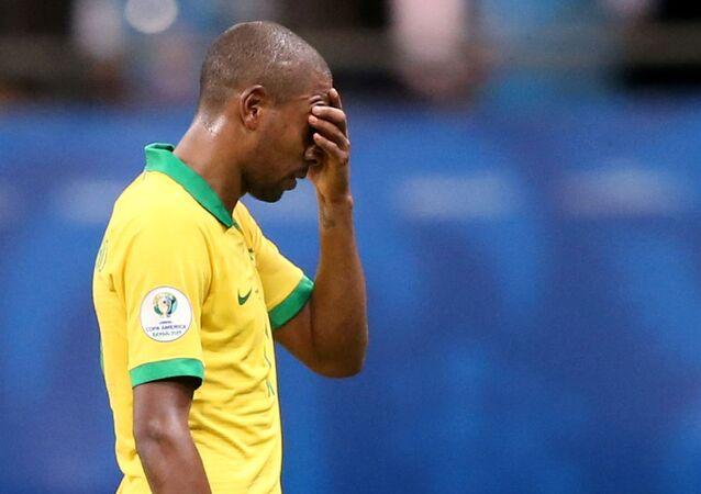 Fernandinho parece desanimado após a partida.