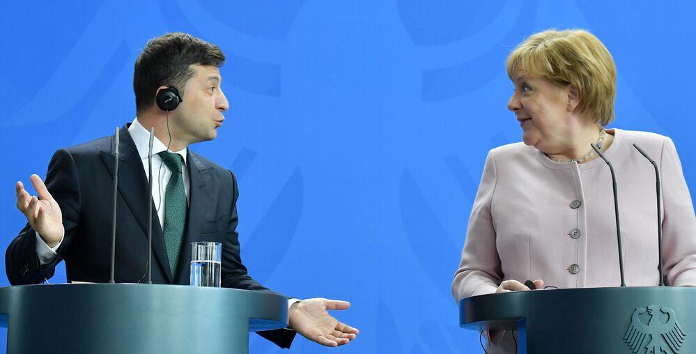 Chanceler alemã, Angela Merkel, e o novo presidente ucraniano, Volodymyr Zelensky discursam em entrevista coletiva durante primeira visita oficial à Alemanha