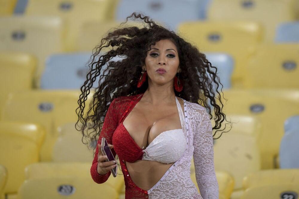 Torcedora peruana posa antes de partida da fase de grupos da Copa América contra a Bolívia no estádio do Maracanã