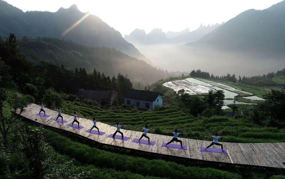 Praticantes de Yoga na aldeia montanhosa de Qiqi, na China