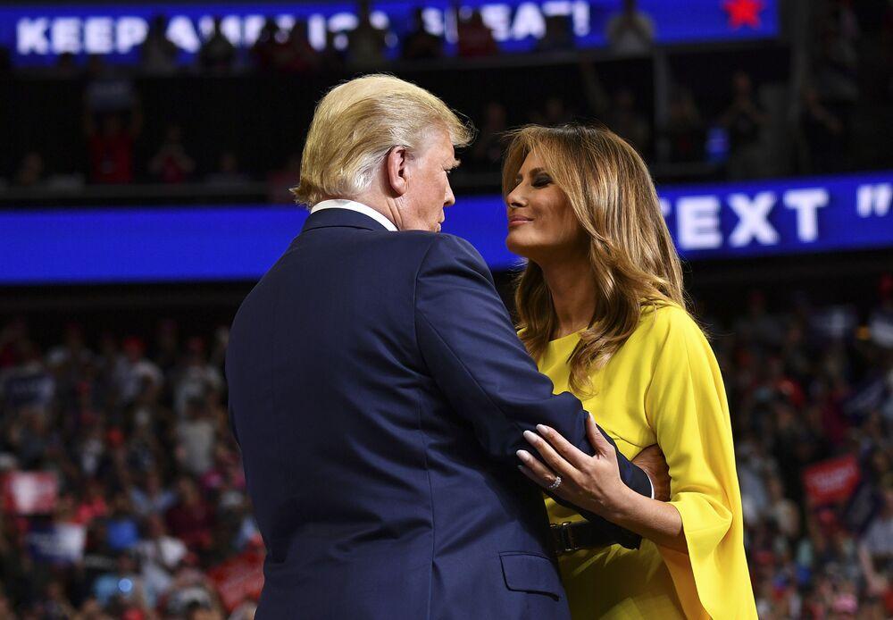 Presidente dos EUA, Donald Trump, cumprimenta a primeira-dama, Melania Trump, durante o lançamento oficial da campanha de Trump para a reeleição