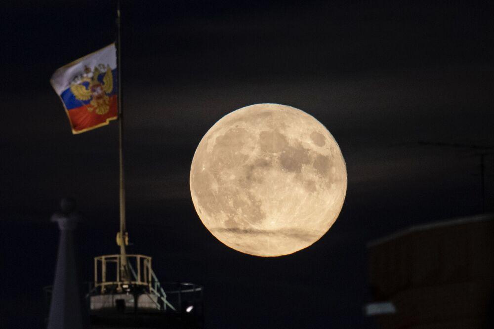 Lua cheia surge atrás de cúpula do Palácio do Senado no Kremlin, em Moscou
