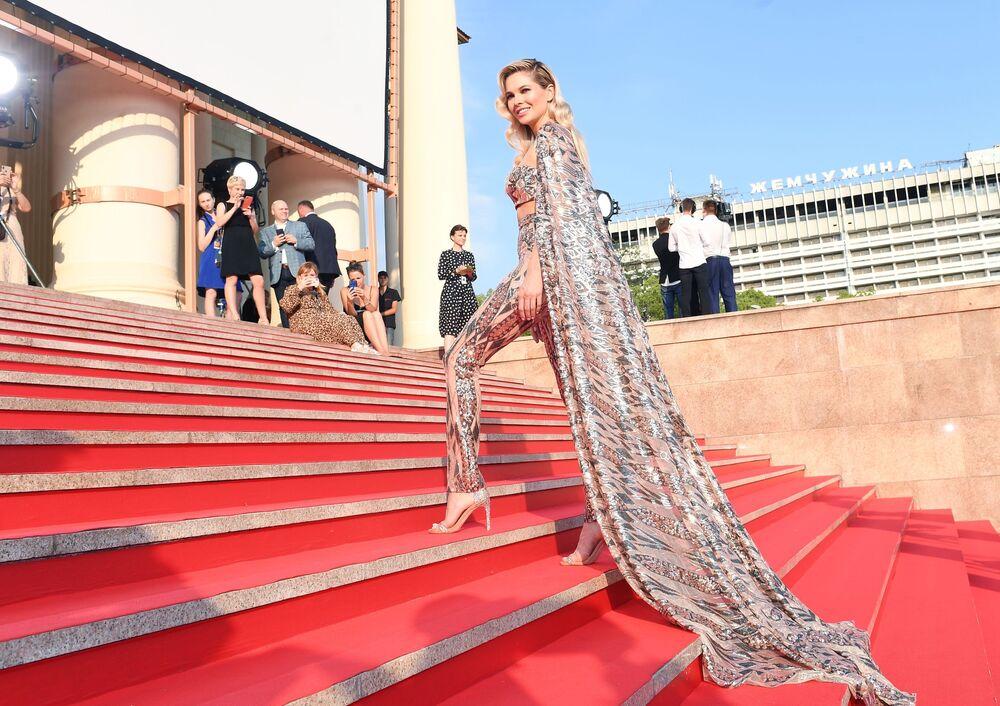 Atriz Natalya Bardo caminha pelo tapete vermelho durante cerimônia de encerramento do 30° Festival de Filme Russo