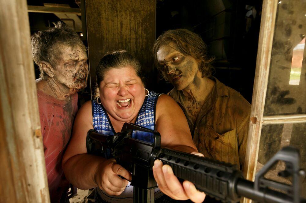 Turista durante visita ao set de Walking Dead, na Geórgia