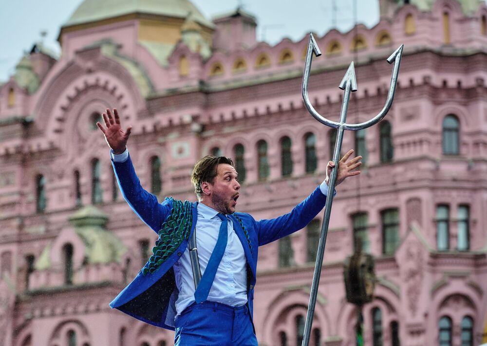 Cena do espetáculo teatral Odyssee durante a cerimônia de abertura das Olimpíadas Internacionais de Teatro em São Petersburgo