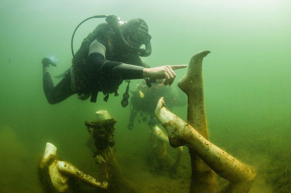 Mergulhadores nadam sob pedreira na região de Tver