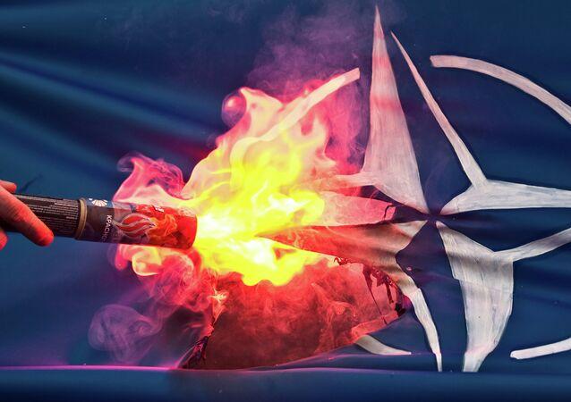 Bandeira da OTAN é queimada durante protestos na Rússia