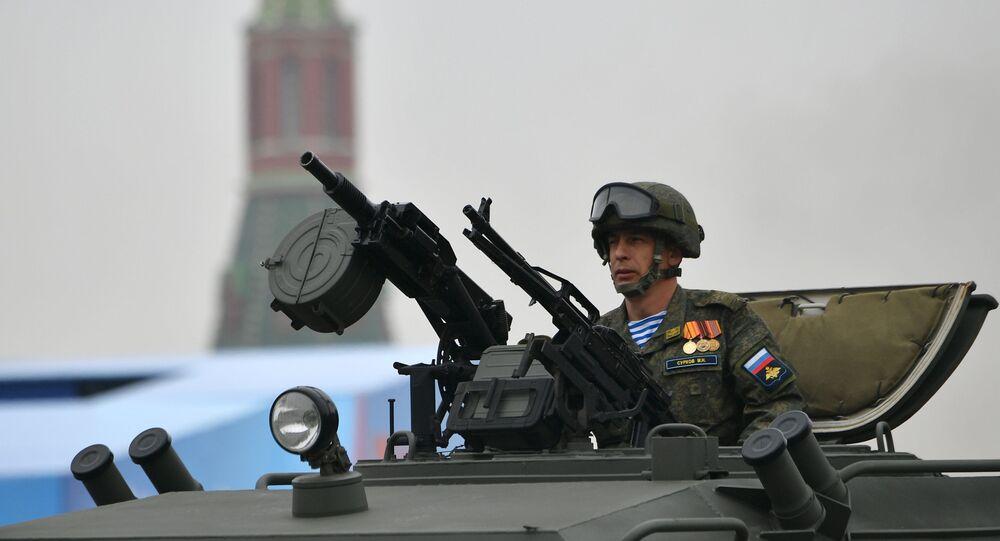 Soldado dentro do blindado russo Tigr, durante desfile militar na Praça Vermelha, em Moscou, Rússia