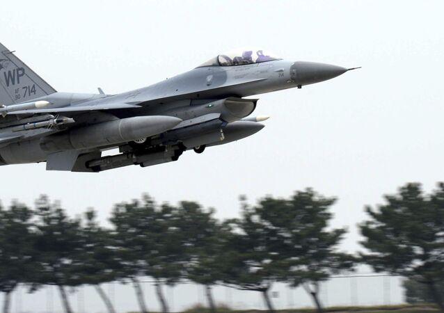 Caça norte-americano modelo F-16 está entre uma das novas aquisições da Força de Defesa de Israel (imagem de arquivo)