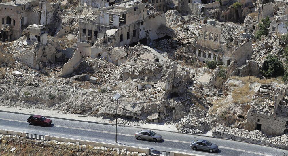 Pessoas dirigem seus carros em estrada entre as ruínas de Aleppo na Síria