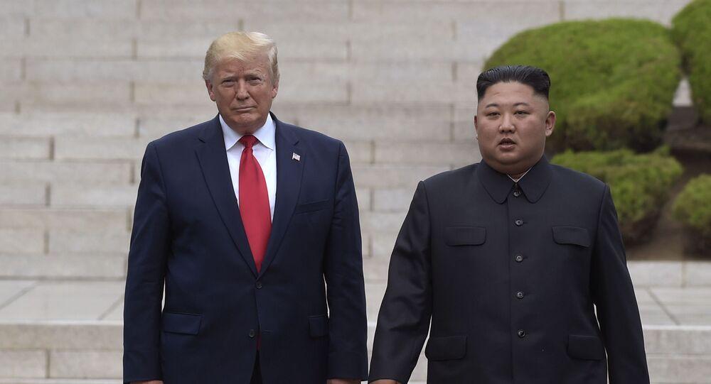 Presidente dos EUA Donald Trump e líder norte-coreano Kim Jong-un durante encontro na zona demilitarizada, 30 de junho de 2019