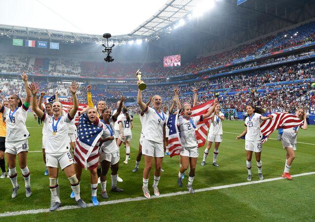 Jogadoras dos Estados Unidos comemoram o título da Copa do Mundo de Futebol Feminino no Parc Olympique Lyonnais