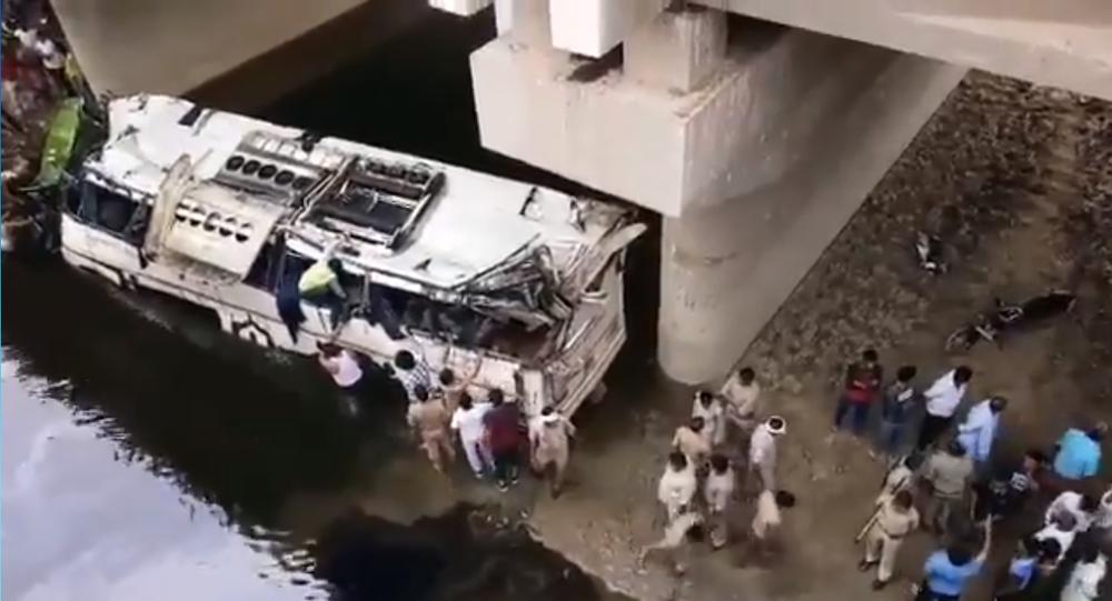 Ônibus caiu dentro de um canal na Índia