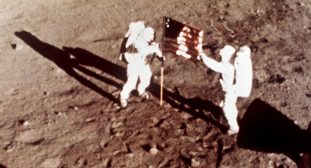 Astronautas da missão Apollo 11, Neil Armstrong e Edwin E. Aldrin, os primeiros homens a pisarem na lua, fincam bandeira dos EUA na superfície lunar, em 20 de julho de 1969