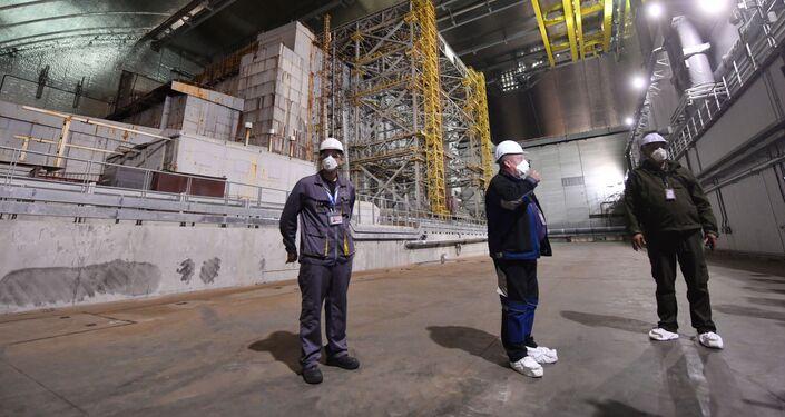 Funcionários dentro do novo sarcófago da usina nuclear de Chernobyl, na Ucrânia