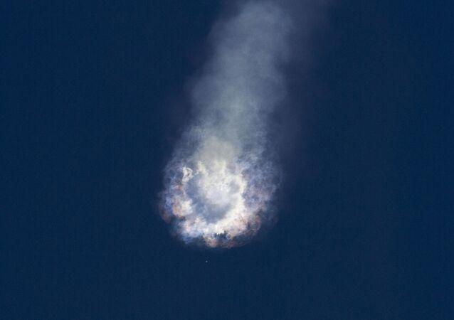 Foguete-portador Falcon 9 explode no céu sobre o cabo Canaveral em 28 de junho.