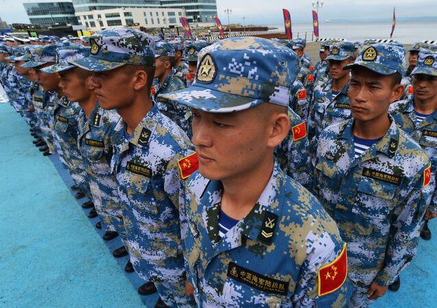 Militares chineses durante a cerimônia de abertura da competição internacional Copa do Mar-2017 em Vladivostok
