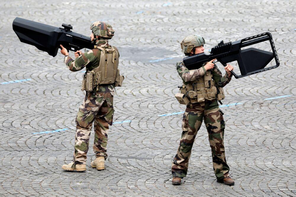 Militares do Exército francês com armas antitanque durante a parada militar em comemoração do Dia da Bastilha, nos Campos Elísios em Paris