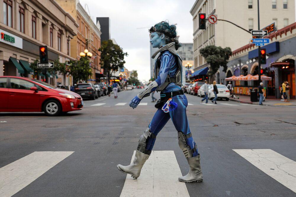 Jovem passeando na rua em traje de fantasia durante o festival anual de entretenimento Comic-Con International realizado na Califórnia, nos EUA