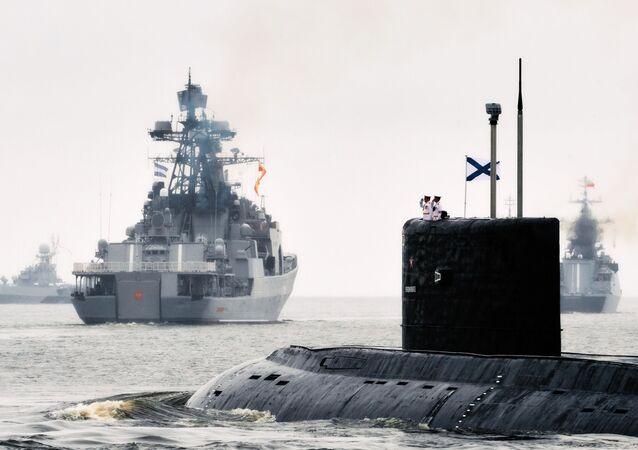 Navio pesado antissubmarino Severomorsk e submarino diesel-elétrico Vladikavkaz