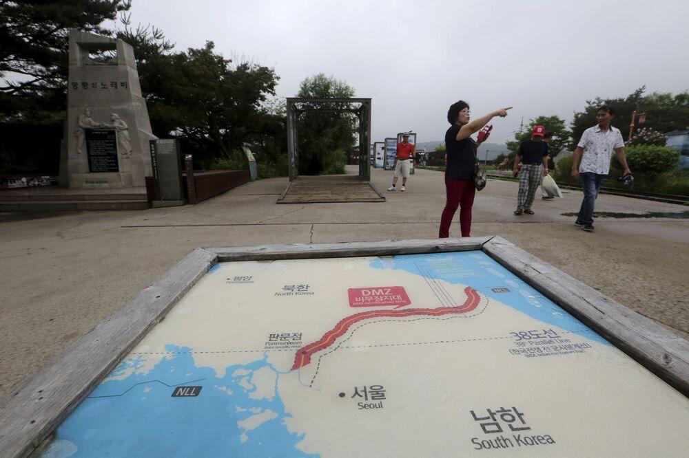 Mapas das duas Coreias com imagens da capital da Coreia do Norte, Pyongyang, e da capital da Coreia do Sul, Seul, em Paju, Coreia do Sul