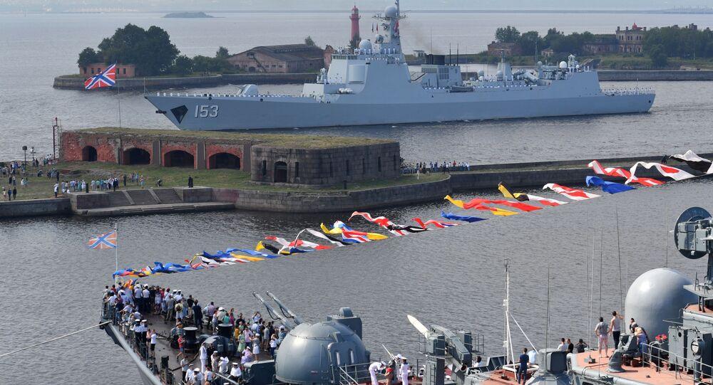 Destróier de mísseis da Marinha chinesa no desfile naval dedicado ao Dia da Marinha da Rússia, na cidade russa de Kronstadt