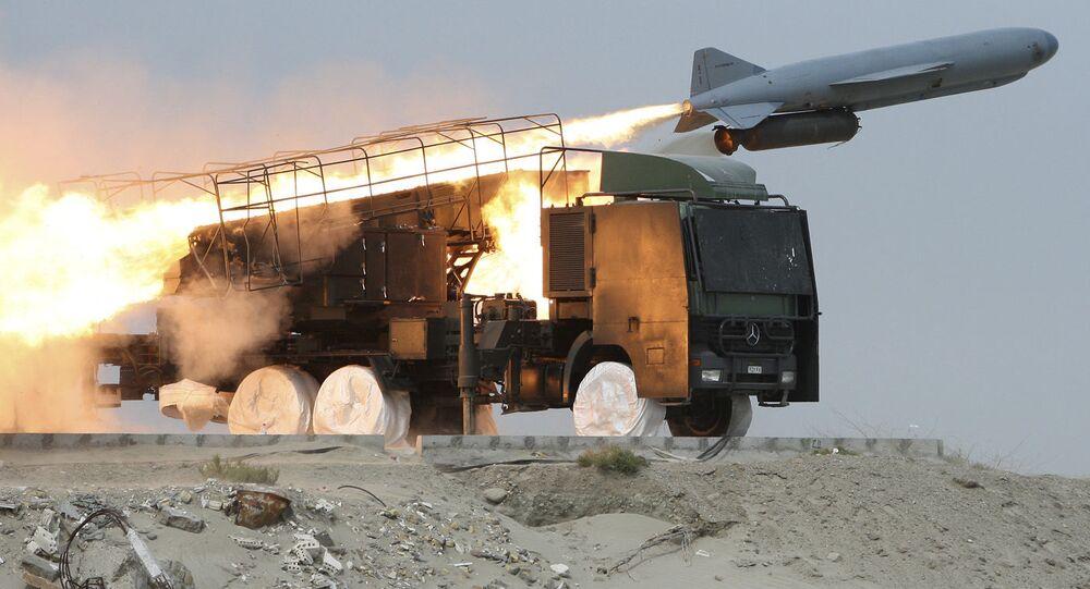 Exercícios militares no Irã com lançamento de míssil terra-mar Saegheh