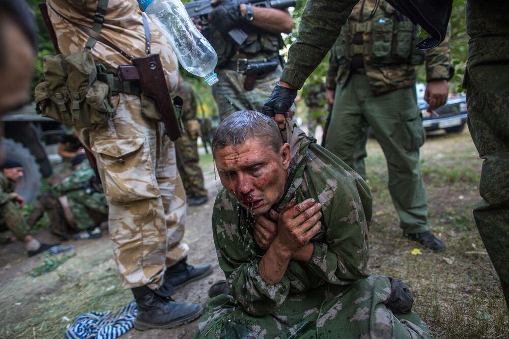 Soldado das tropas de desembarque ucranianas feito prisioneiro em combate pela cidade de Shakhtersk