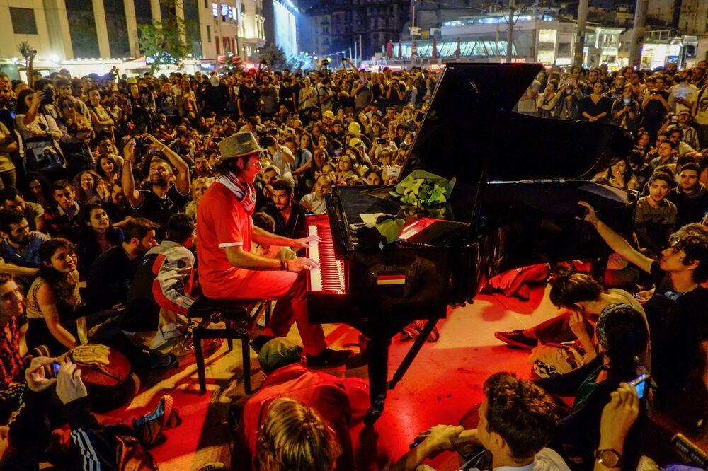 Homem toca piano para participantes de protestos na praça Taksim em Istambul