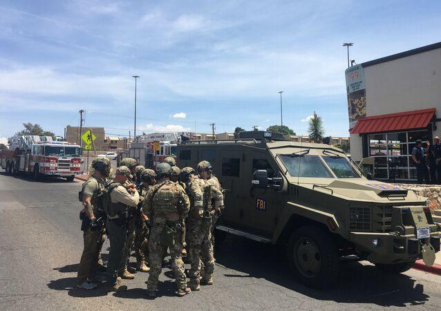 Policiais armados se reúnem ao lado de um veículo blindado do FBI perto do shopping Cielo Vista, em El Paso, no Texas