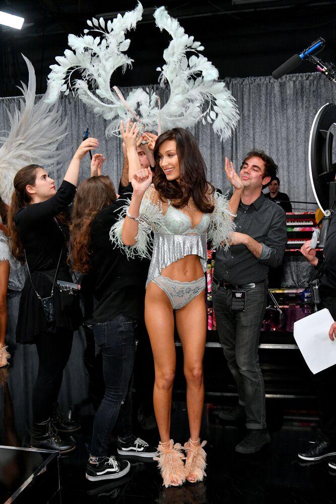 Bella Hadid desfilando para Victoria's Secret