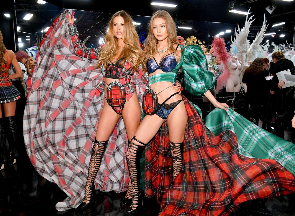 Modelos Behati Prinsloo e Gigi Hadid posando glamourosamente para Victoria's Secret
