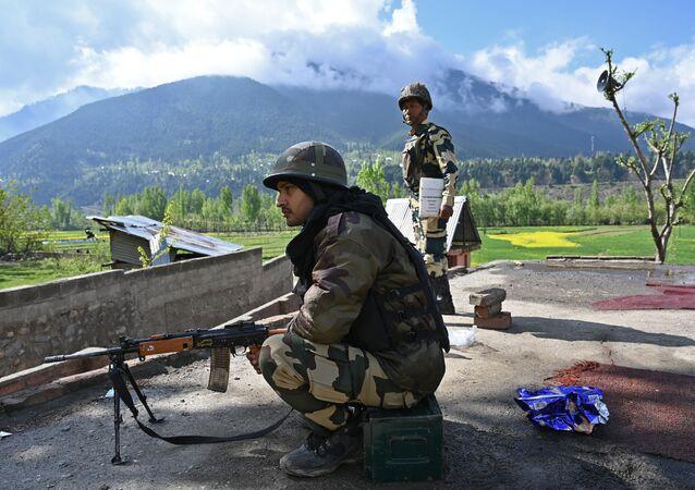 Soldados indianos patrulham zona eleitoral durante segundo turno das eleições em Kangan, localizada a uns 35 km de Srinagar