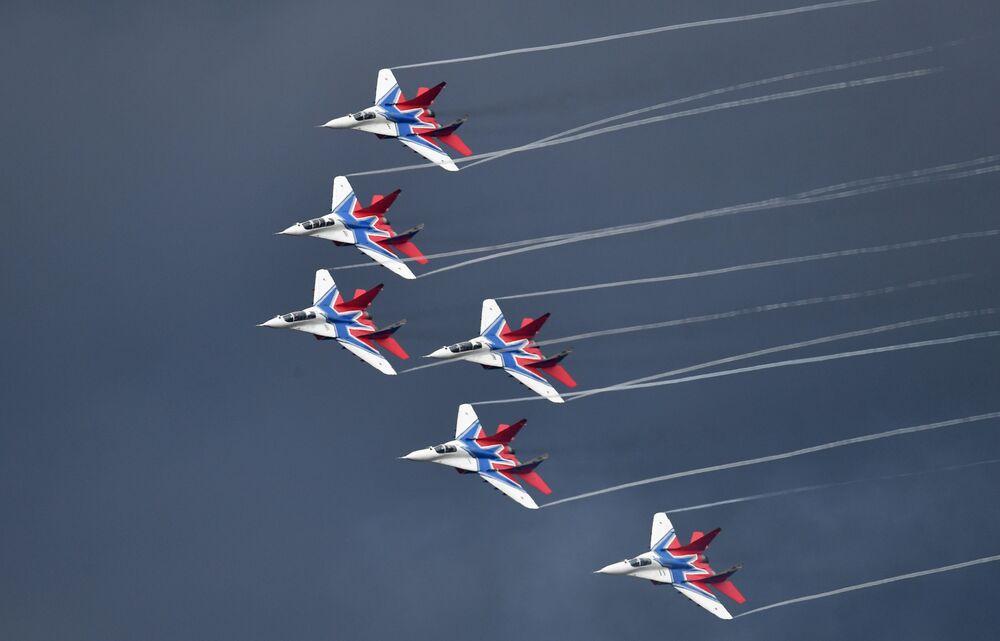 Caças MiG-29 realizam manobras durante concurso militar