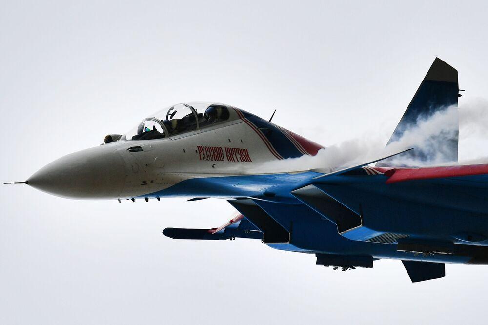 Caça Su-30SM da esquadrilha acrobática Russkie Vityazi (Cavaleiros Russos) na Aviadarts 2019