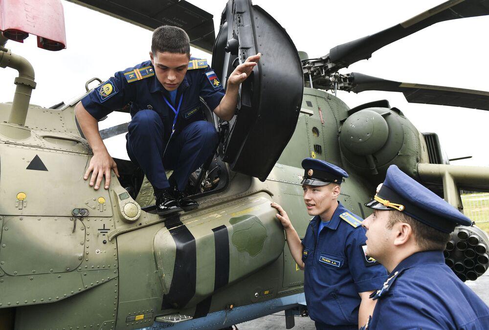 Militares russos reunidos em torno de helicóptero no concurso militar Aviadarts