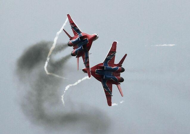 Caças MiG-29 da esquadrilha acrobática Strizhi realizam manobras durante concurso militar