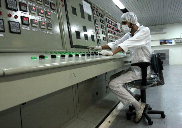 Técnico iraniano trabalhando em instalação do programa nuclear iraniano (foto de arquivo)