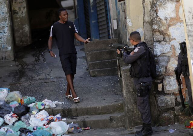 Policial e morador na Favela do Borel após protesto pelo assassinato de jovem. 9 de Agosto de 2019.