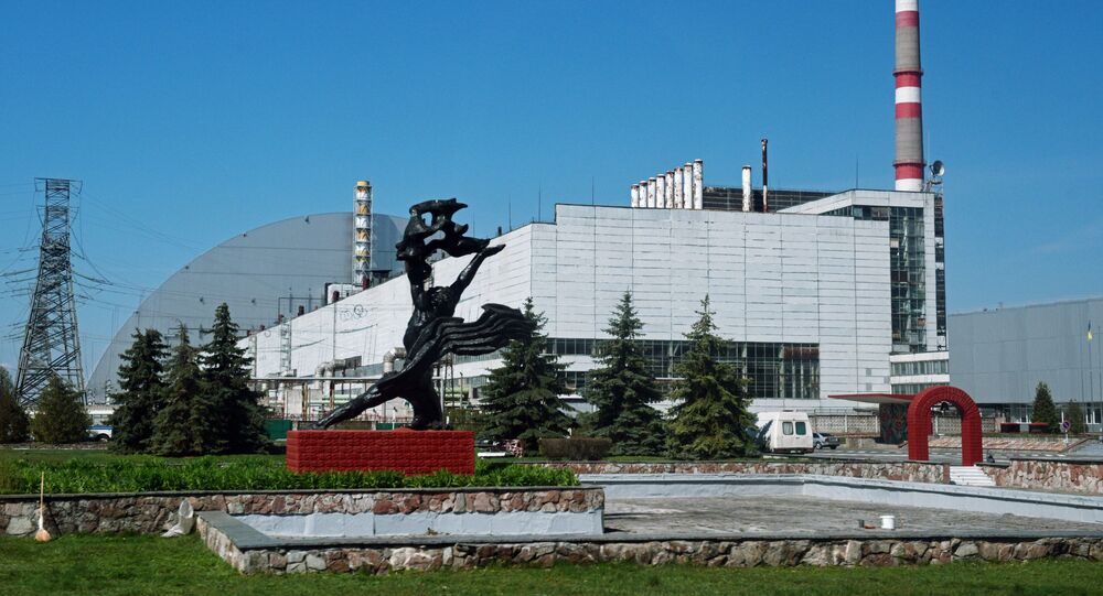 Usina Nuclear de Chernobyl com a cúpula sobre o 4º reator destruído