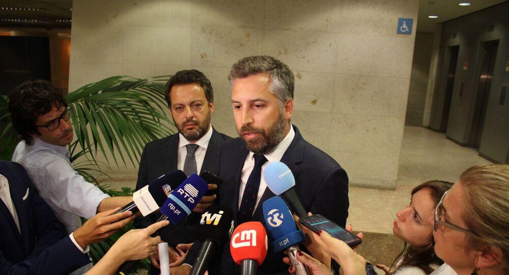 Ministro das Infraestruturas português, Pedro Nuno Santos, fala com jornalistas após a reunião