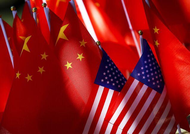 Bandeiras da China e dos EUA