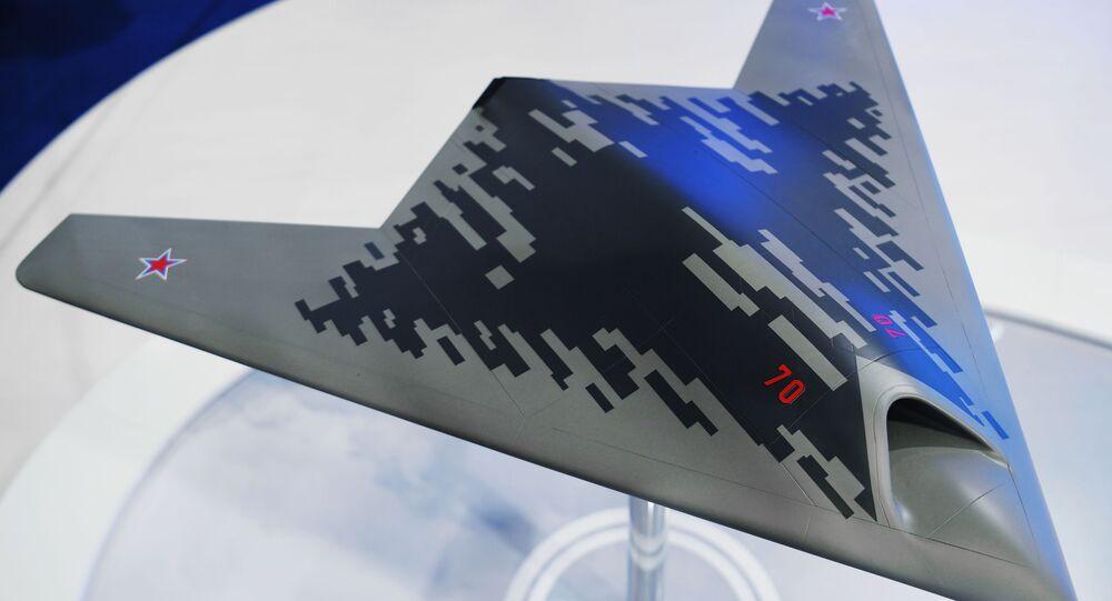 Maquete do drone de ataque S-70 Okhotnik apresentada no Salão Aeroespacial MAKS 2019 (imagem referencial)