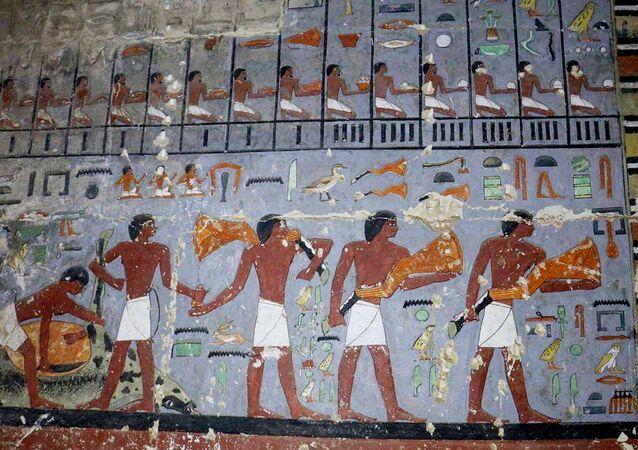 Pinturas faraônicas em túmulo de Sacará, Gizé, Egito, foto divulgada pelo Ministério das Antiguidades do Egito