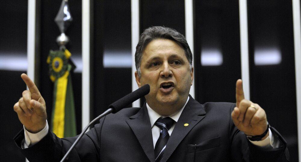 Deputado Anthony Garotinho defende o Partido da República (PR) na tribuna da Câmara dos Deputados