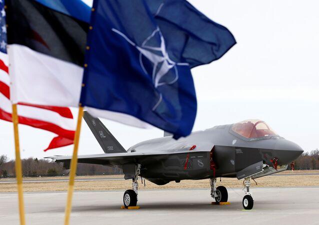 Bandeiras dos EUA, Estônia e OTAN ao lado do caça F-35 da Força Aérea dos EUA, na base aérea de Amari, Estônia, 25 de abril de 2017